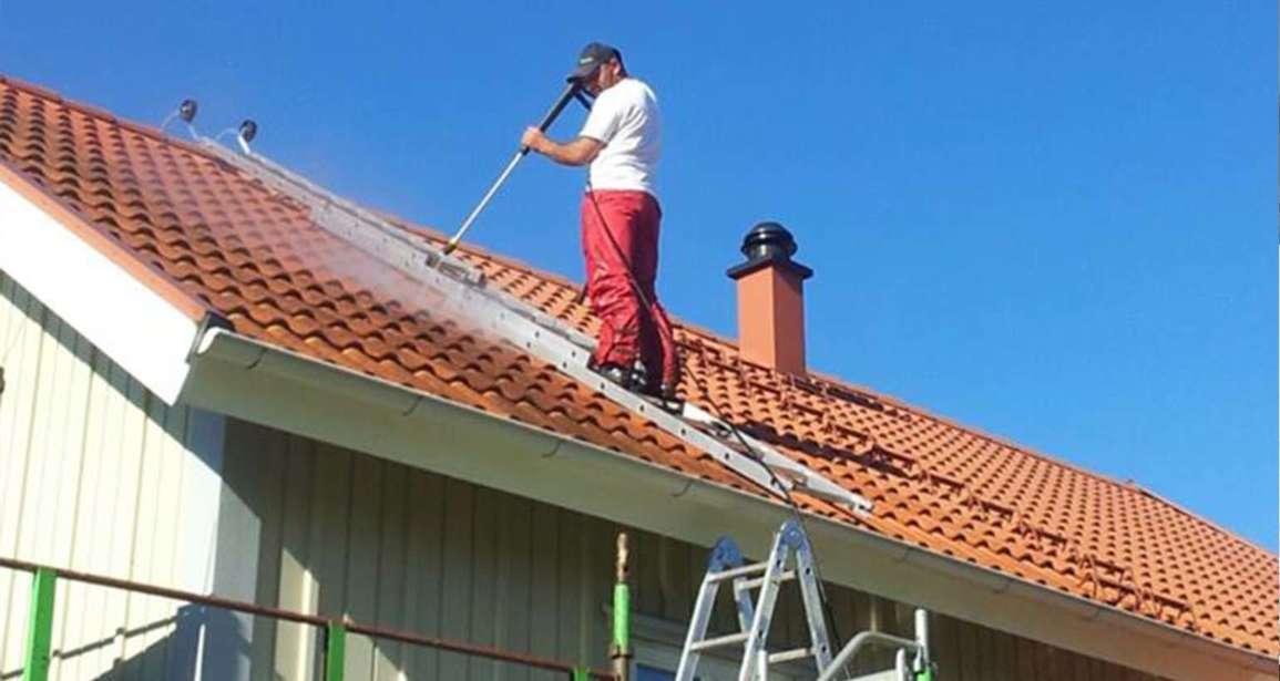 Vi tvättar taket innan vi målar